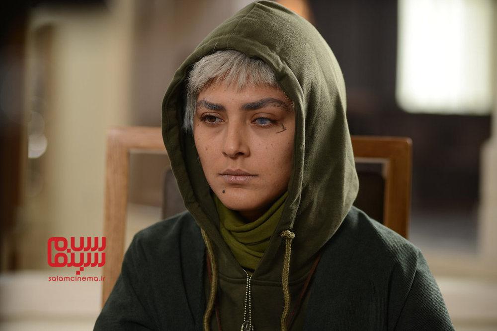 هدی زین العابدین در نمایی از قسمت 5 سریال نمایش خانگی «رقص روی شیشه»