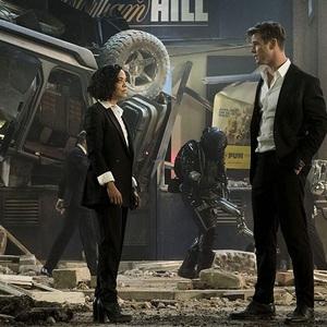 تسا تامپسون و کریس همسورث در نمایی از فیلم سینمایی «مردان سیاه پوش: بین المللی» (Men in Black: International)