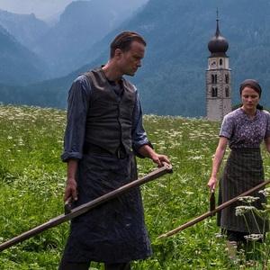 آگوست دیل و والری پاکنر در نمایی از  فیلم سینمایی «یک زندگی پنهان» (A Hidden Life)