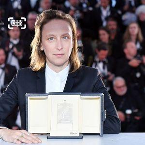 سلین سایاما بنده جایزه بهترین فلیمنامه برای فیلم «سیمای زنی در آتش» (Portrait of a Lady on Fire) در جشنواره کن 2019