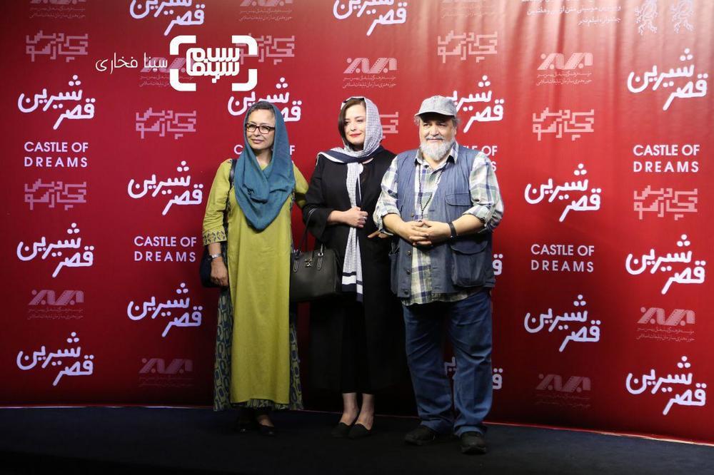 مهراوه شریفی نیا در کنار پدر و مادرش، آزیتا حاجیان و محمدرضا شریفی نیا در اکران خصوصی فیلم «قصر شیرین»