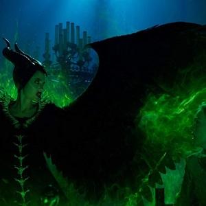 آنجلینا جولی و ال فانینگ در نمایی از فیلم سینمایی «مالیفیسنت 2: معشوقه شیطان» (Maleficent: Mistress of Evil)