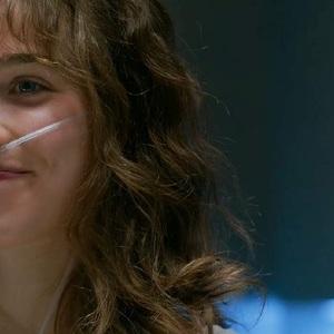 هالی لو ریچاردسون در نمایی از فیلم سینمایی «پنج پا دورتر» ( Five Feet Apart)