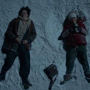 هالی لو ریچاردسون و کول اسپراوس در فیلم سینمایی «پنج پا دورتر» ( Five Feet Apart)