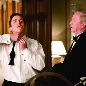 کریستین بیل و مایکل کین در نمایی از فیلم «بتمن آغاز می کند» (Batman Begins)