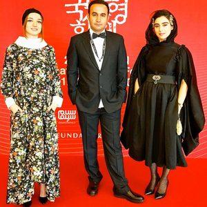 ندا جبرائیلی، آناهیتا افشار و نوید محمودی در فرش قرمز فیلم «هفت و نیم» در بیست و چهارمین جشنواره فیلم بوسان