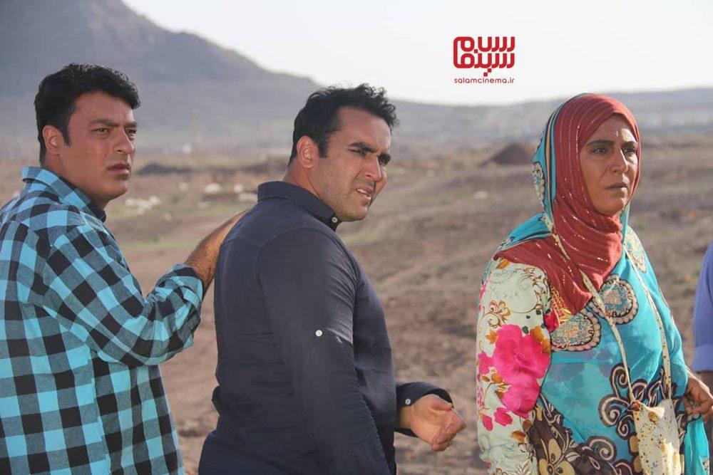 پوریا پورسرخ، فرشته سرابندی و سامان دارابی در سریال «به رنگ خاک»