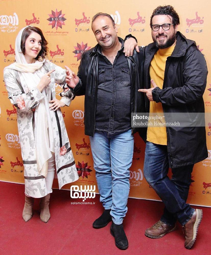 مهران احمدی، عایشه گل جوشکن و محسن کیایی در اکران مردمی فیلم «مطرب» در باغ کتاب