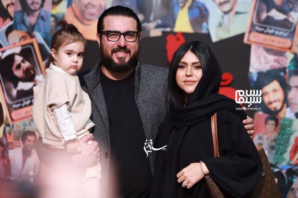 محسن کیایی درکنار همسر و دخترش در اکران خصوصی فیلم «مطرب» در سینما چارسو