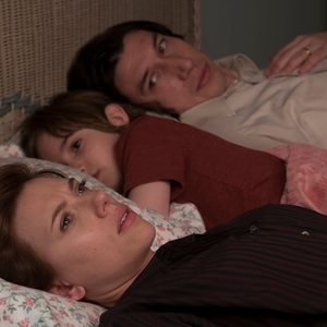 اسکارلت جوهانسون، آدام درایور و ازی رابرتسون در نمایی از فیلم «داستان ازدواج»(Marriage Story)