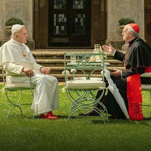 آنتونی هاپکینز و جاناتان پرایس در نمایی از فیلم سینمایی «دو پاپ»(The Two Popes)