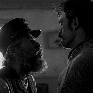 ویلم دفو و رابرت پتینسون در نمایی از فیلم سینمایی «فانوس دریایی»(The Lighthouse)