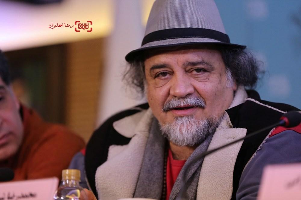محمدرضا شریفی نیا در نشست خبری فیلم «پشت دیوار سکوت» در سی و پنجمین جشنواره فیلم فجر
