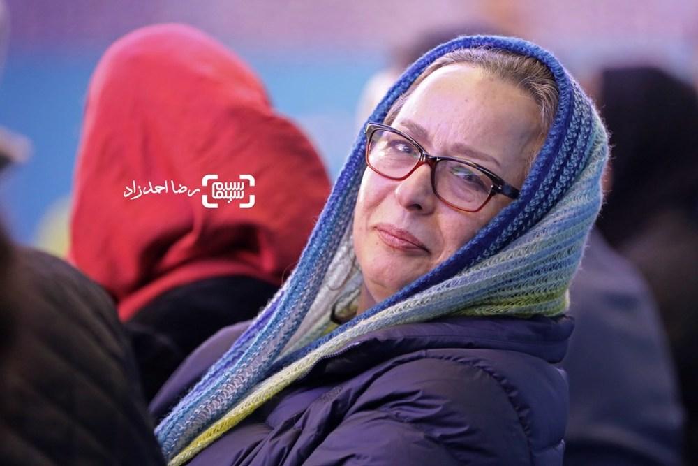 آزیتا حاجیان در نشست خبری فیلم «زیر سقف دودی» در سی و پنجمین جشنواره فیلم فجر