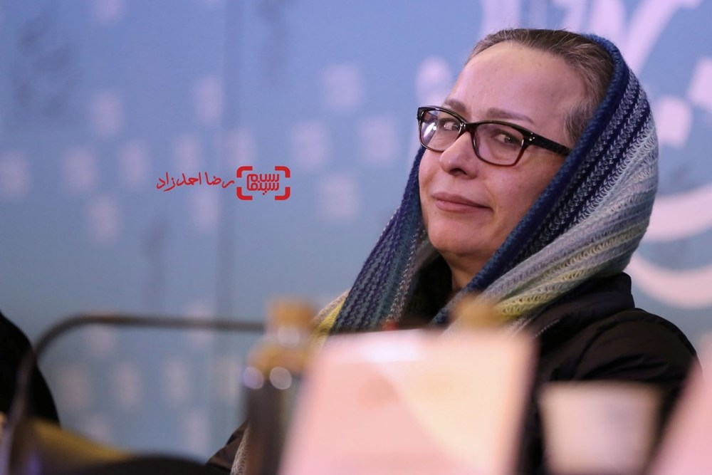 آزیتا حاجیان در نشست خبری «زیر سقف دودی» در سی و پنجمین جشنواره فیلم فجر