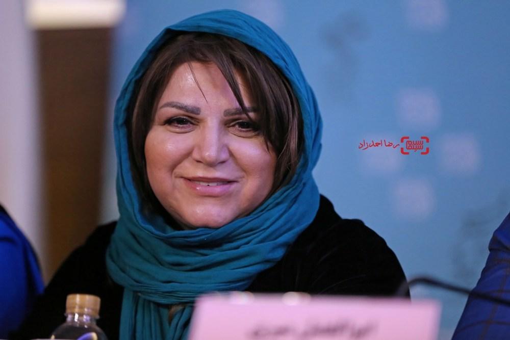 هایده صفی یاری در نشست خبری فیلم «زیر سقف دودی» در سی و پنجمین جشنواره فیلم فجر