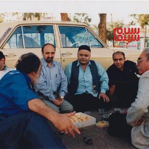 اکبر عبدی و سید محسن طباطبایی پور در پشت صحنه فیلم «کفش های جیرجیرک دار»