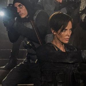 شارلیز ترون، ماتیاس اسخونارتس و لوکا مارینلی در فیلم «نگهبانانی از دیرباز» (The Old Guard)