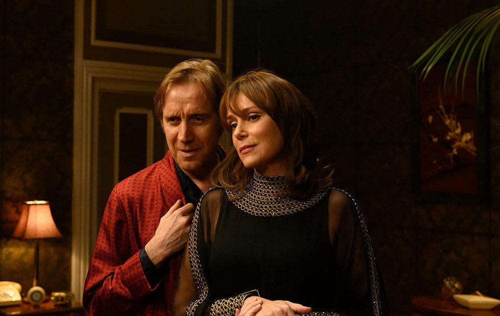 کیلی هاوس و ریس ایفانز در فیلم «بد رفتاری» (Misbehaviour)