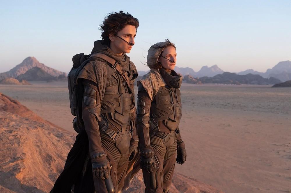 ربکا فرگوسون و تیموتی شَلِمِی در فیلم «تل ماسه» (Dune)