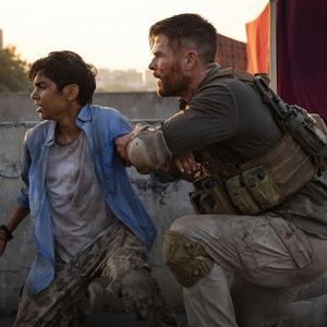 کریس همسورث در نمایی از فیلم سینمایی «خارج کردن» (Extraction)