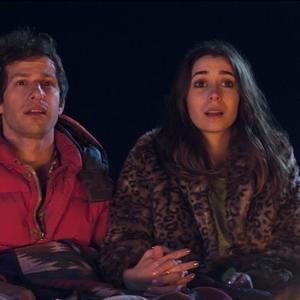 اندی سمبرگ و کریستین میلیوتی در فیلم «پالم اسپرینگز» (Palm Springs)