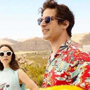 اندی سمبرگ و کریستین میلیوتی در فیلم سینمایی «پالم اسپرینگز» (Palm Springs)