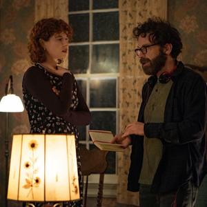 جسی باکلی و چارلی کافمن در پشت صحنه فیلم «من به پایان دادن به اوضاع فکر می کنم» (I'm Thinking of Ending Things)