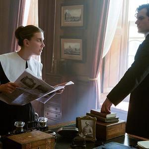 هنری کویل و میلی بابی براون در فیلم «انولا هولمز» (Enola Holmes)
