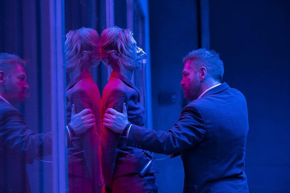 کنت برانا و الیزابت دبیکی در فیلم «تنت» (Tenet)