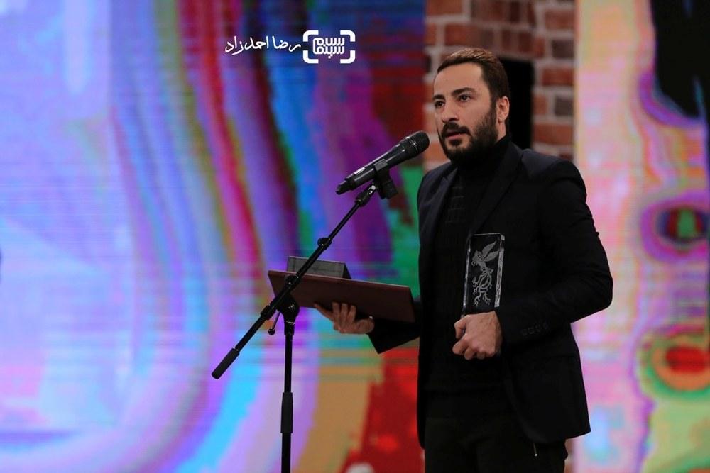 نوید محمدزاده برنده سیمرغ بلورین بهترین بازیگر مکمل مرد برای فیلم «بدون تاریخ، بدون امضا» در اختتامیه جشنواره فیلم فجر35
