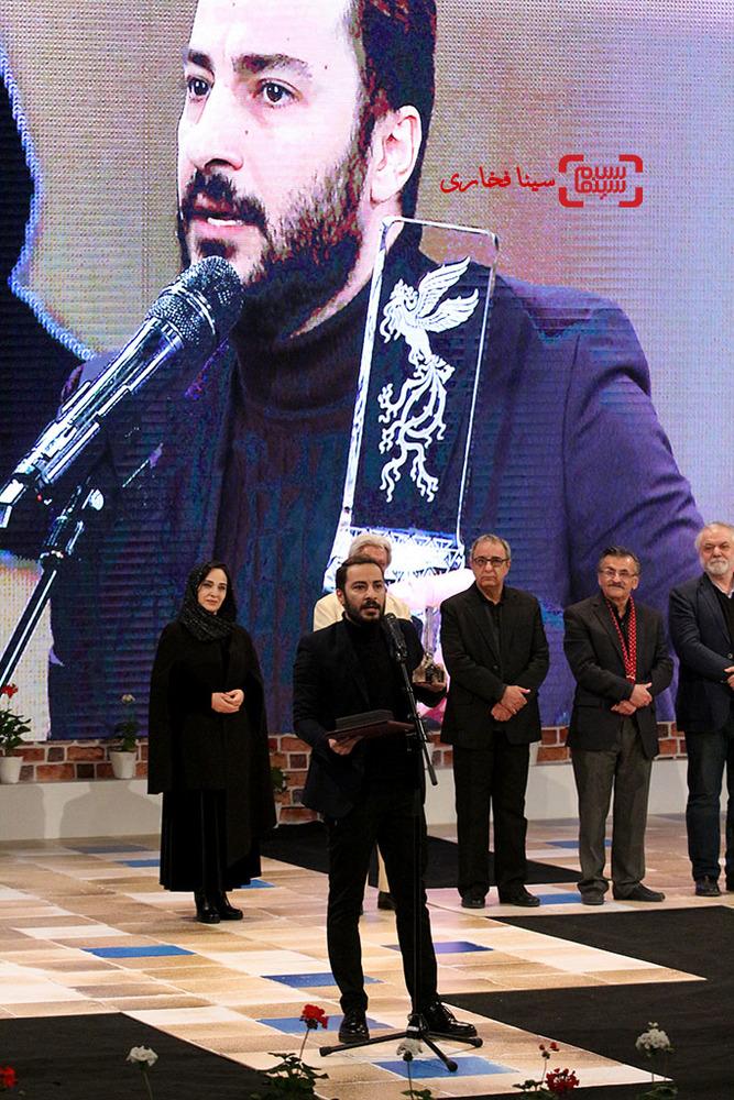 نوید محمدزاده برنده سیمرغ بهترین بازیگر مکمل مرد برای فیلم «بدون تاریخ، بدون امضا» در اختتامیه جشنواره فیلم فجر35