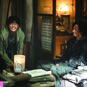 ری لی و گنگ دونگ ون در فیلم «قطار بوسان 2: شبه جزیره» (Train to Busan 2: Peninsula)