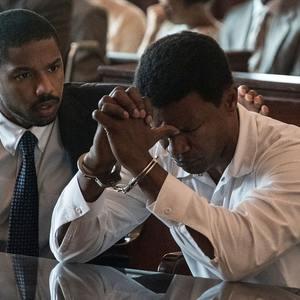 مایکل بی.جردن و جیمی فاکس در فیلم سینمایی «فقط رحمت» (Just Mercy)