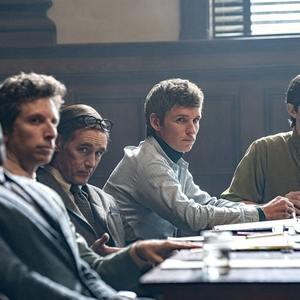 یحیی عبدل متین، ادی ردمین، مارک رایلنس و الکس شارپ در فیلم «دادگاه شیکاگو 7» (The Trial of the Chicago 7)