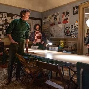 ساشا بارون کوهن، ادی ردمین، مارک رایلنس و جرمی استرانگ در فیلم «دادگاه شیکاگو 7» (The Trial of the Chicago 7)