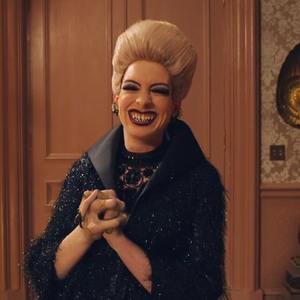 آنا هتوی در نمایی از فیلم «جادوگران» (The Witches)