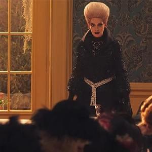 آنا هتوی در نمایی از فیلم سینمایی «جادوگران» (The Witches)