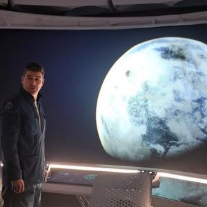 کایل چندلر در فیلم «آسمان نیمه شب» (The Midnight Sky)