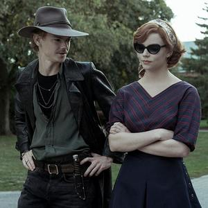 توماس برودی سنگستر و آنیا تیلور جوی در سریال «گامبی وزیر» (The Queen's Gambit)