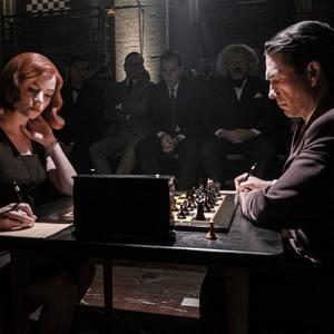 مارچین دوروچینسکی و آنیا تیلور جوی در سریال «گامبی وزیر» (The Queen's Gambit)