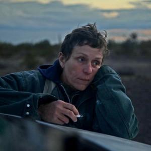 فرانسیس مک دورمند در نمایی از فیلم «سرزمین خانه به دوش ها» (Nomadland)