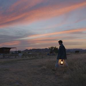 فرانسیس مک دورمند در نمایی از فیلم سینمایی «سرزمین خانه به دوش ها» (Nomadland)