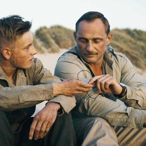 فیلم «زیر شن»(Land of Mine) با بازی لوئیس هافمن و رولاند مولر