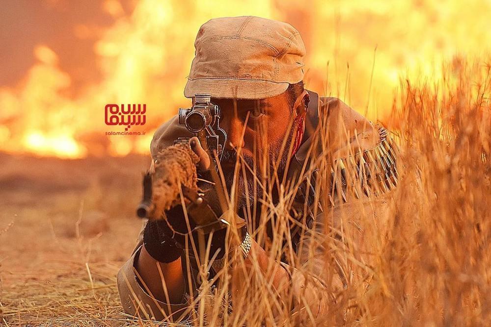 کامبیز دیرباز در نمایی از فیلم «تک تیرانداز»