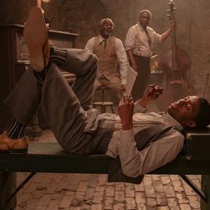 چادویک بوزمن در نمایی از فیلم سینمایی «بلک باتم ما رینی» (Ma Rainey's Black Bottom)