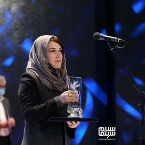 مریم اسمیخانی برنده سیمرغ بهترین فیلم کوتاه برای فیلم «وضعیت اورژانسی» در سی و نهمین جشنواره فیلم فجر