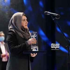 مریم اسمیخانی برنده سیمرغ بهترین فیلم کوتاه برای فیلم کوتاه «وضعیت اورژانسی» در سی و نهمین جشنواره فیلم فجر