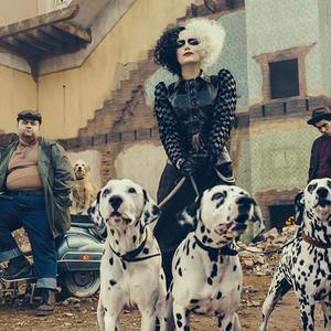 اما استون، پل والتر هاوسر و جوئل فرای در فیلم سینمایی «کروئلا» (Cruella)
