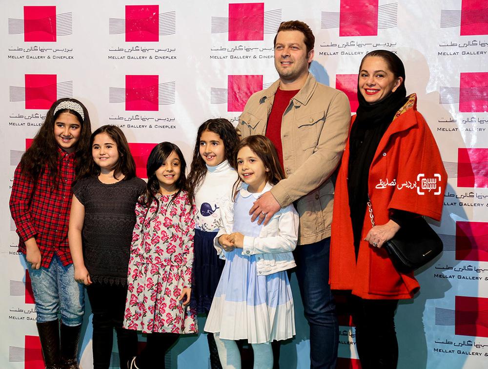 پژمان بازغی در کنار همسرش مستانه مهاجر و دخترشان نفس بازغی در اکران خصوصی فیلم «هلن»